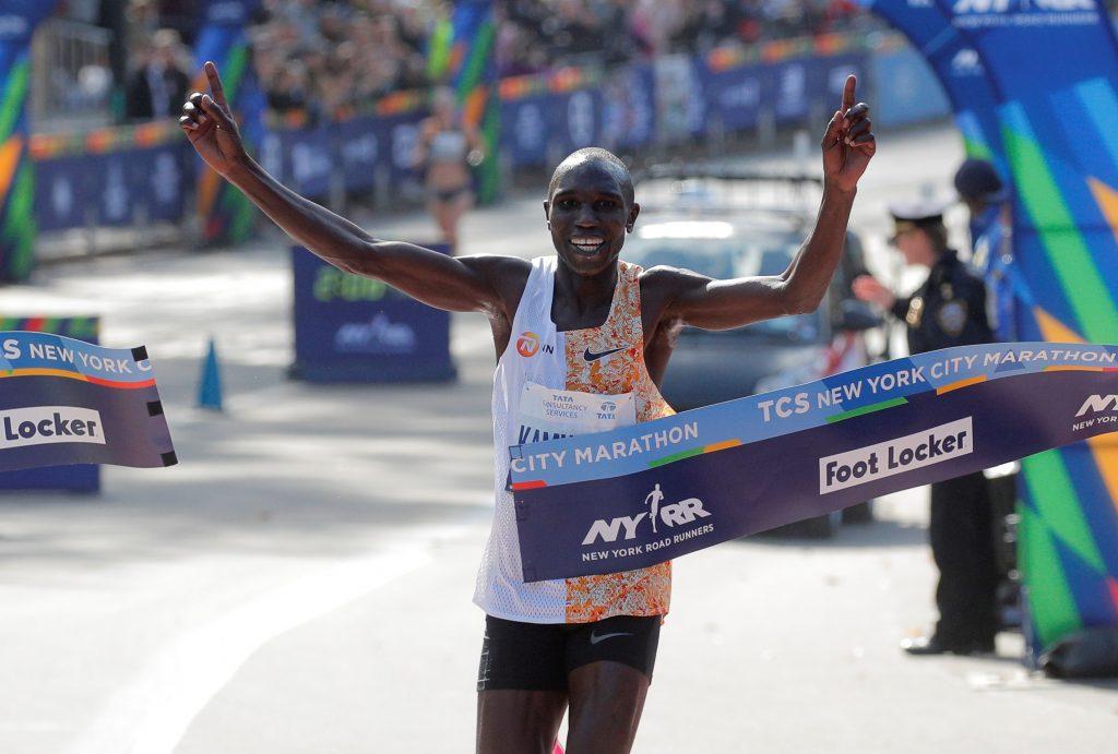 Geoffrey Kamworor cruza a linha de chegada em primeiro lugar na 49ª Maratona de Nova York (Brendan McDermid/Reuters)
