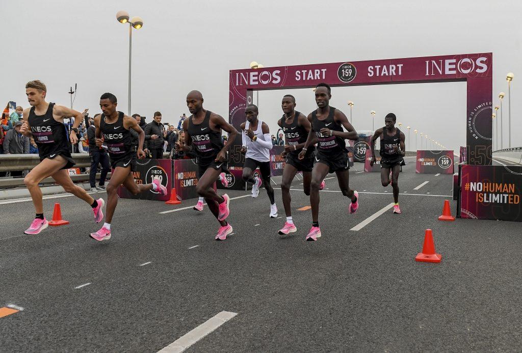 Eliud Kipchoge (camiseta branca) e seus pacemakers durante o o desafio em que o queniano correu 42,195 km em 1h59min40seg (Divulgação Ineos 1:59 Challenge)