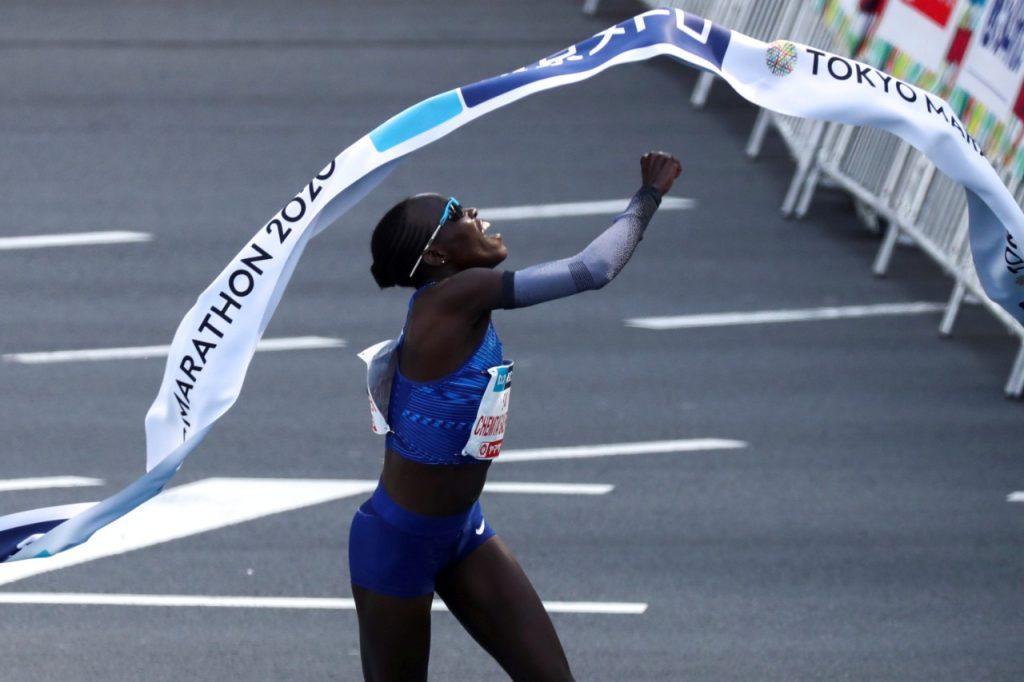 Lonah Salpeter cruza linha de chegada na Maratona de Tóquio com o melhor tempo já registrado na prova (Athit Perawongmetha/Reuters)
