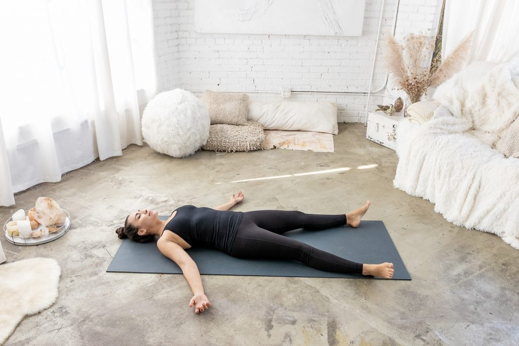 Pri Leite faz postura de relaxamento savasana (Divulgação)